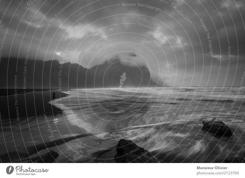 Stokksnes Lavastrand und Vestrahorn, Island Schwarzweißfoto Umwelt Natur Landschaft Wolken Wetter schlechtes Wetter Unwetter Wind Berge u. Gebirge Wellen Küste