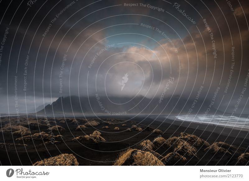 Stokksnes Lavastrand und Vestrahorn, Island Farbfoto Umwelt Natur Landschaft Wolken Wetter schlechtes Wetter Unwetter Wind Berge u. Gebirge Wellen Küste Strand