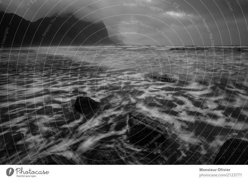 Tiefhängene Wolken an Islands Küste Ferien & Urlaub & Reisen Wasser Winter dunkel Berge u. Gebirge kalt Herbst Bewegung Wellen Abenteuer Aggression ungemütlich