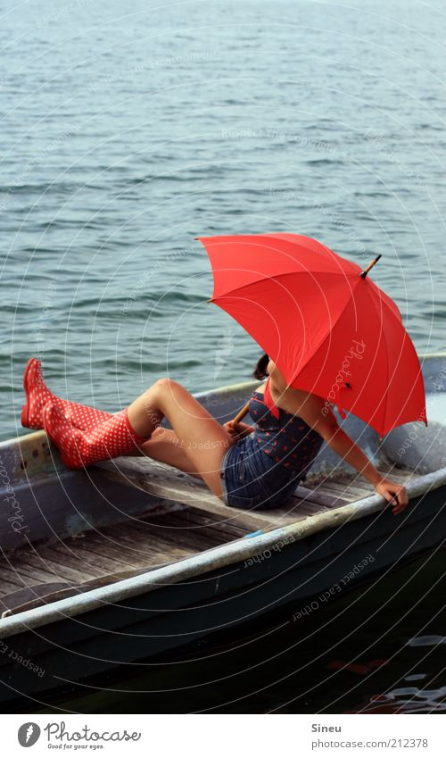 Vom Fischer und seiner Frau Erwachsene warten Natur Wasser Himmel Sommer Schönes Wetter Shorts Gummistiefel Regenschirm rot sitzen Hoffnung Glaube Freiheit