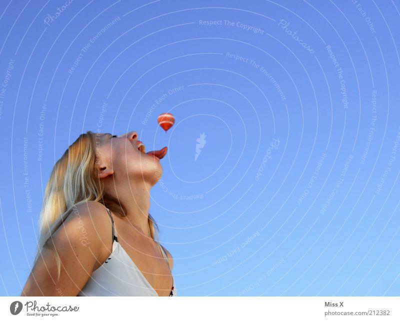 Mit dem Lappen kann man alles fangen Jugendliche Freude feminin Spielen Mund lustig blond Erwachsene Essen groß Mensch Luftverkehr Gesicht Appetit & Hunger