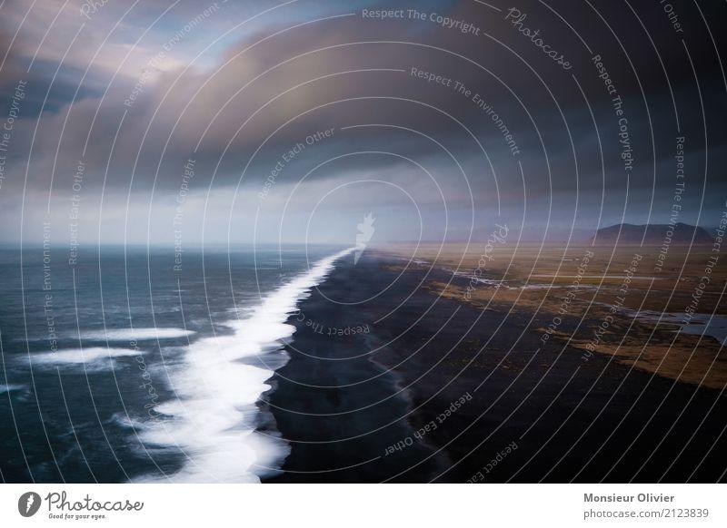 Schwarzer Sand & dramatischer Himmel Natur Ferien & Urlaub & Reisen Landschaft Meer Einsamkeit ruhig Strand schwarz Reisefotografie Umwelt Küste Horizont