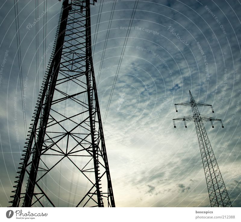 wireless Energiewirtschaft Energiekrise Himmel Wolken Stahl bedrohlich blau grün schwarz Elektrizität Starkstrom Oberleitung Hochspannungsleitung Versorgung