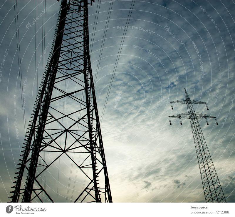 wireless Himmel grün blau schwarz Wolken groß hoch Energiewirtschaft Elektrizität Kabel bedrohlich Stahl Strommast Leitung Hochspannungsleitung Mangel
