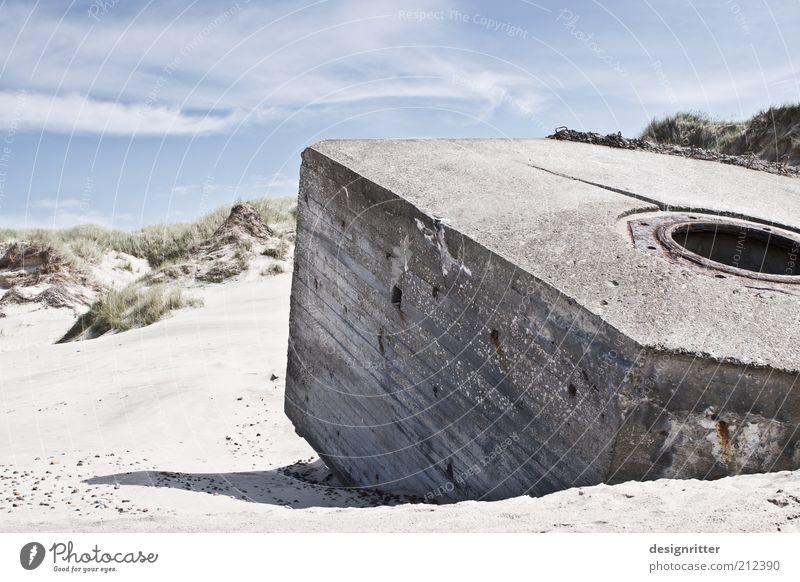 Landung der Betonköppe Strand Gebäude Sand Küste Denkmal Ruine Krieg Düne Nordsee Rest Blauer Himmel Festung Bunker Textfreiraum links