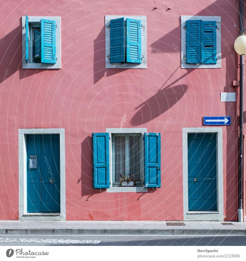 zweifarbig Dorf Kleinstadt Haus Bauwerk Gebäude Architektur Mauer Wand Fenster Tür Fröhlichkeit frisch schön Sauberkeit rot türkis Fensterladen Idylle