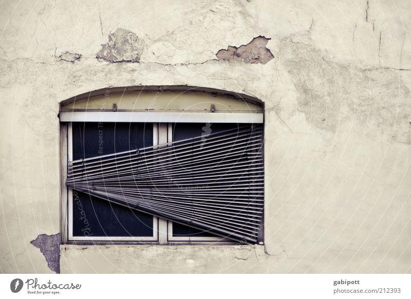 < alt Einsamkeit Fenster Wand Architektur Gebäude Mauer Fassade kaputt Wandel & Veränderung Vergänglichkeit verfallen Verfall vergangen Industrieanlage Jalousie