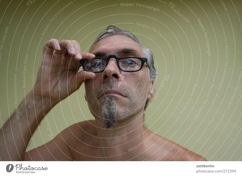 Noch 8... Mann Erwachsene Kopf Bart 45-60 Jahre Brille grauhaarig Dreitagebart beobachten Blick warten gereizt Frustration trotzig skurril Kinnbart direkt