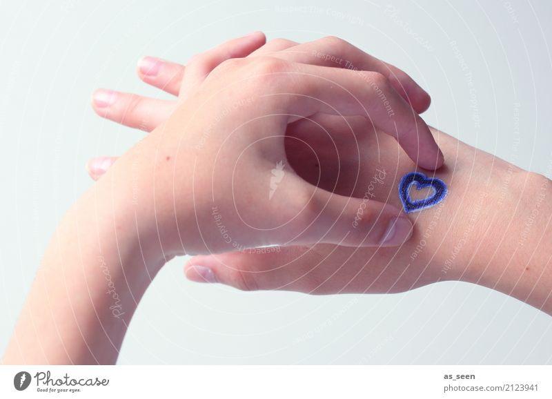 Hand aufs Herz Kindheit Leben Finger Jugendkultur Subkultur Tattoo Zeichen festhalten ästhetisch authentisch Freundlichkeit trendy einzigartig modern positiv