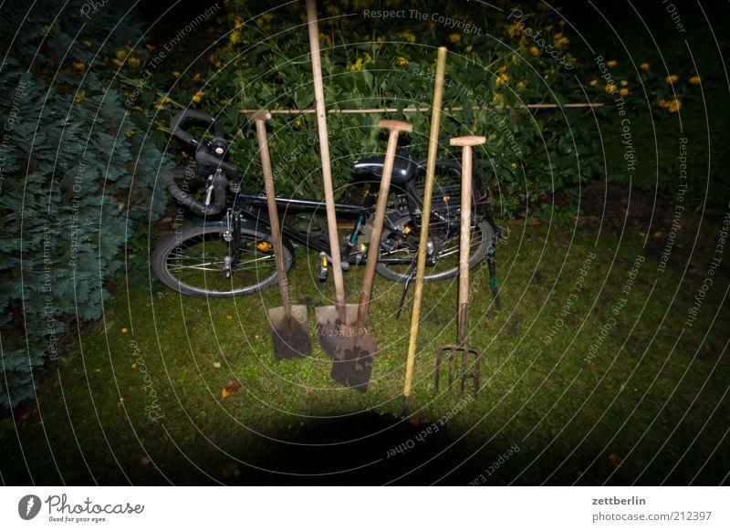 Schippe und so Garten Gartenarbeit Arbeit & Erwerbstätigkeit Spaten Schaufel Gabel Besen Besenstiel Fahrrad Schrebergarten Hecke Nacht parken Pause Feierabend