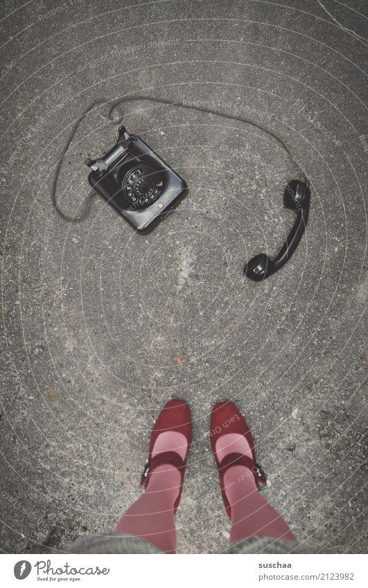 telefonieren Frau Beine Füße Damenschuhe Strümpfe Straße stehen Asphalt Telefon analog retro Bakelit-Telefon altmodisch früher Kommunizieren Telekommunikation