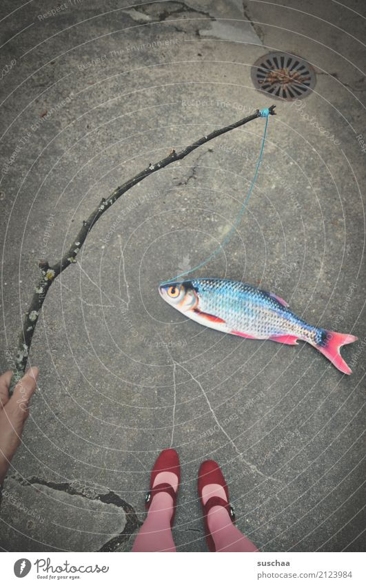 fisch an land (3) Fisch Attrappe Papier falsch Surrealismus seltsam Beine Fuß Schuhe Strümpfe stehen Außenaufnahme weiblich Straße Angelrute Stock Ast Schnur