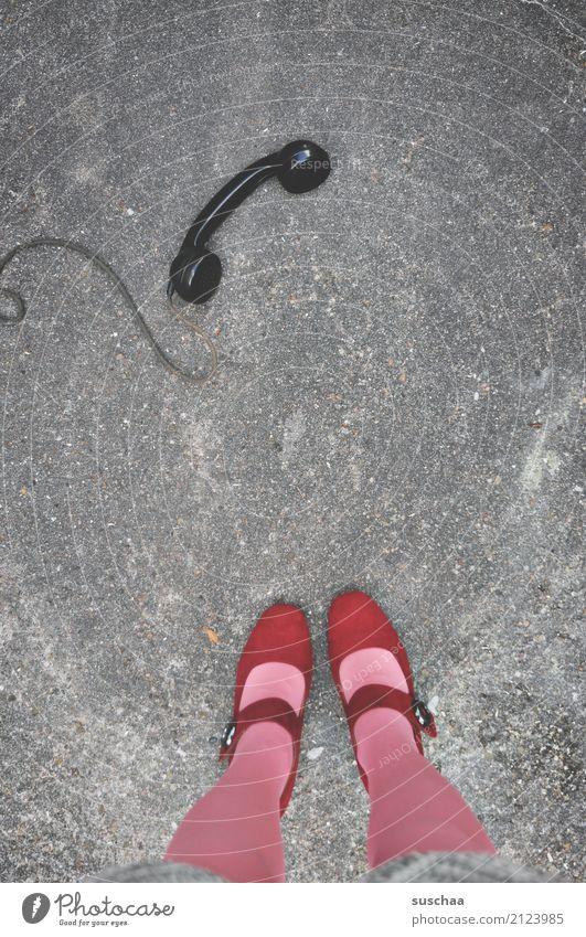communication breakdown Telefon Telefonhörer alt altes telefon bakelit-telefon Kabel Straße heruntergefallen Fuß Damenschuhe Strümpfe Beine stehen