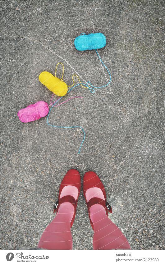 den faden verloren ... Wolle Wollknäuel Handarbeit 3 zyan magenta gelb mehrfarbig Straße Asphalt füße Beine stehen Schuhe rot runtergefallen Surrealismus