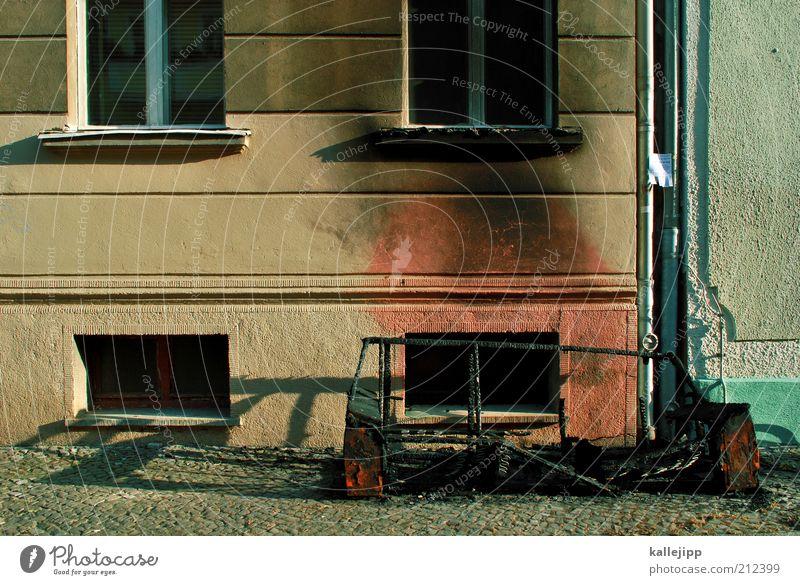 hurra, hurra die schule brennt Haus Mauer Wand Fassade Fenster brennen verkohlt verbrannt Sofa abgebrannt Insolvenz heiß Feuer Brandschutz Demonstration