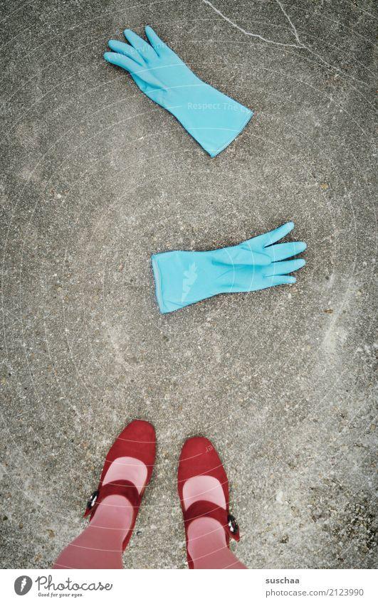 handwerk | fertig mit dem abwasch Handschuhe Gummi Reinigen Geschirrspülen Haushaltsführung Frauenarbeit blau zyan rot Schuhe Damenschuhe Fuß stehen