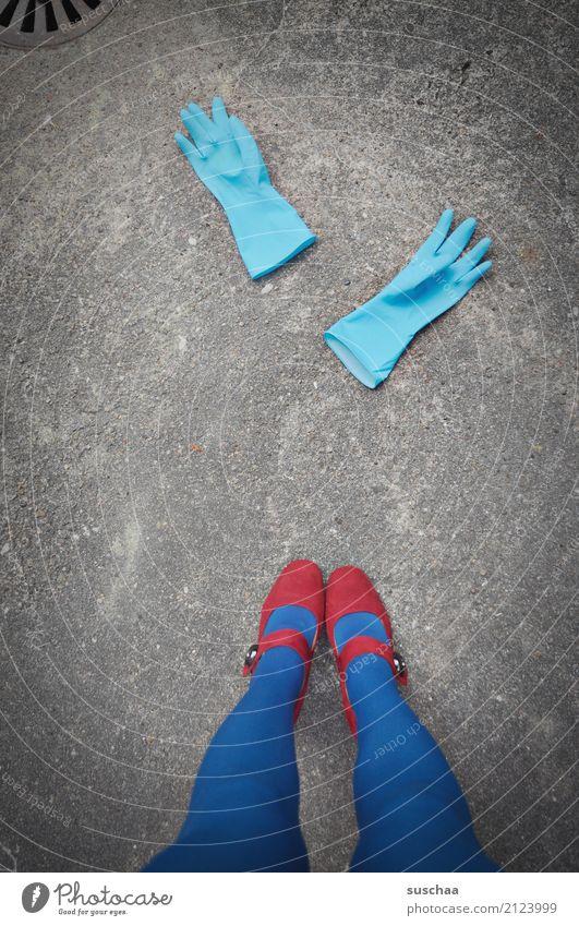 sauber Handschuhe Reinigen Raumpfleger aufräumen weiblich Beine Fuß stehen Damenschuhe Schuhe Strumpfhose blau rot Straße Asphalt