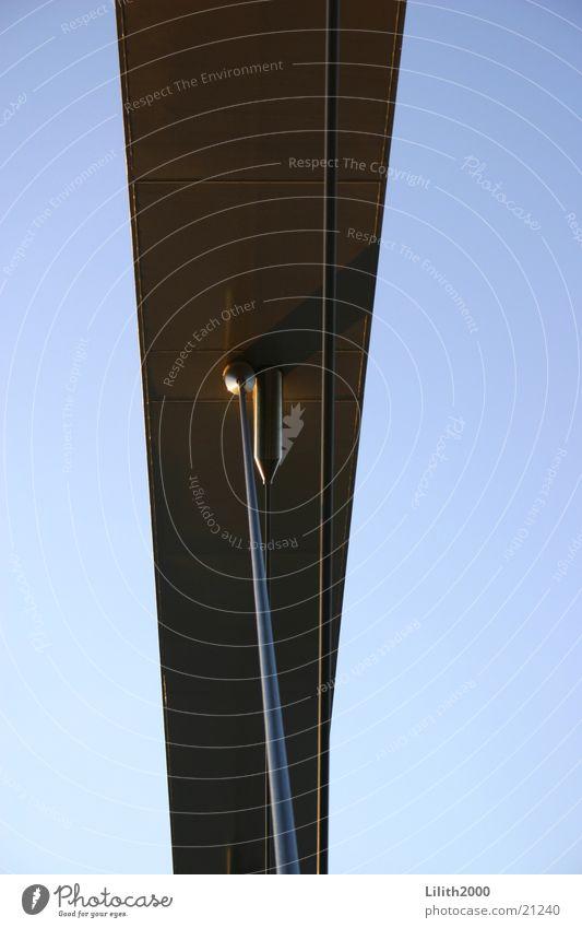 Brücke in Maastricht Niederlande Stahl Strebe silber Himmel blau