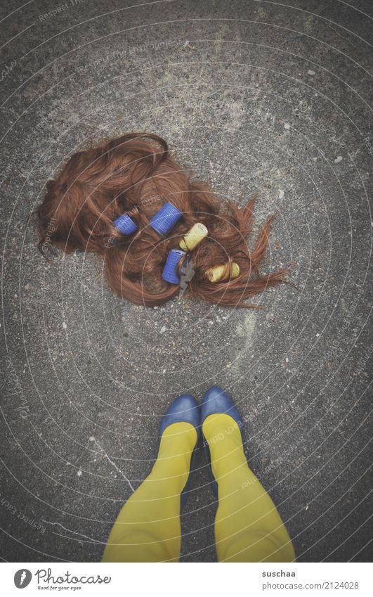 haarverlust (2) Frau blau schön Straße gelb Beine Fuß Haare & Frisuren Party Schuhe stehen verrückt Asphalt Strümpfe verloren Friseur