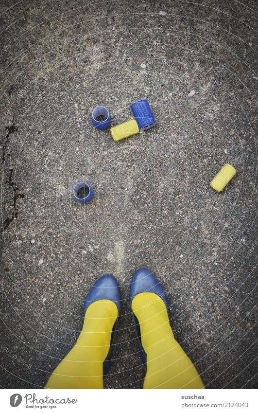 verlockende aussichten Frau blau schön Straße gelb Beine Fuß Haare & Frisuren Party Schuhe stehen verrückt Asphalt Strümpfe verloren Friseur