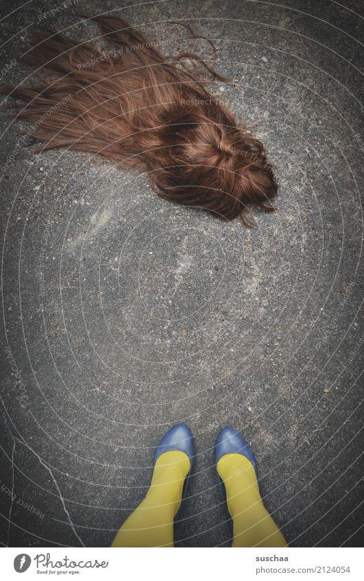 haarverlust verloren Perücke Haare & Frisuren braun Kopfbedeckung langhaarig Frau weiblich schön eitel ausgehen verrückt Party Straße stehen Asphalt