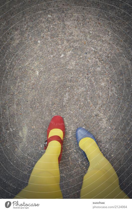 farbenblind blau rot gelb Beine außergewöhnlich Fuß Schuhe stehen verrückt Asphalt falsch seltsam verkehrt unaufmerksam blamabel