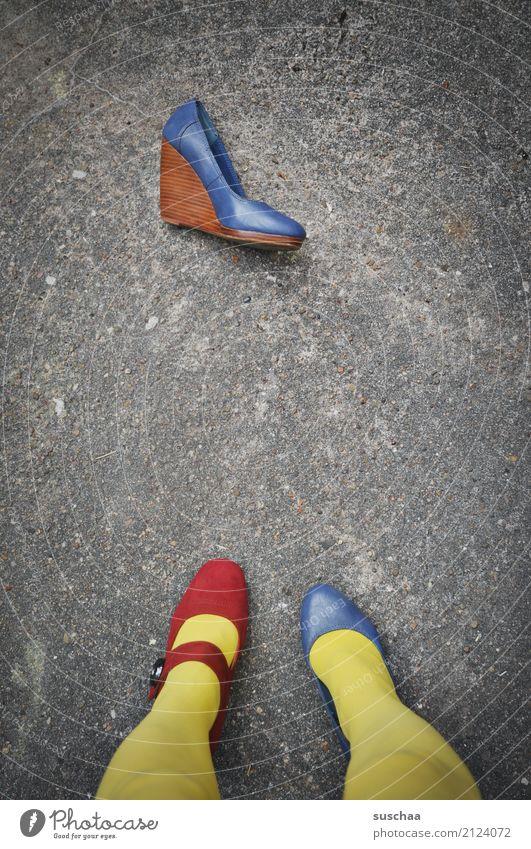 unentschlossen Fuß Beine Schuhe falsch verkehrt Verschiedenheit Keilabsatz Versehen unaufmerksam verrückt seltsam außergewöhnlich blamabel stehen Asphalt gelb
