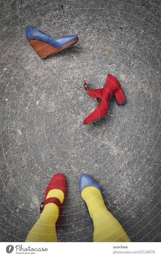 unentschlossenn (2) blau rot gelb Beine außergewöhnlich Fuß Schuhe stehen verrückt Asphalt falsch seltsam Verschiedenheit Damenschuhe verkehrt