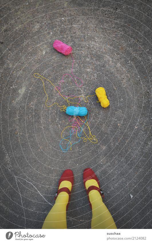 zu bunt getrieben ... Wolle Wollknäuel Handarbeit faden 3 zyan magenta gelb mehrfarbig Straße Asphalt füße Beine stehen Schuhe rot runtergefallen verloren