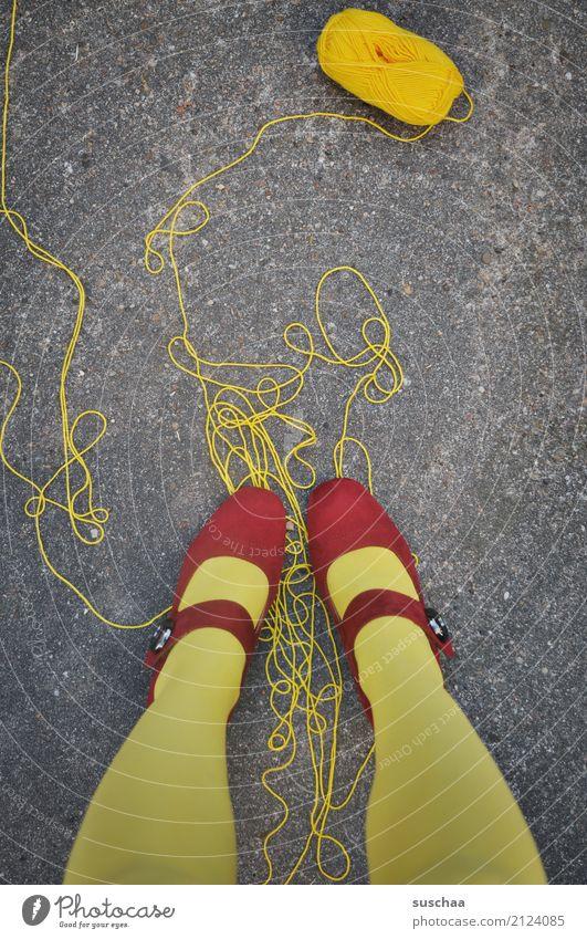 (zu)viel faden Schnur abgewickelt Wolle Wollknäuel Handarbeit drauf stehen Fuß Beine gelb rot Schuhe rote schuhe Asphalt Surrealismus
