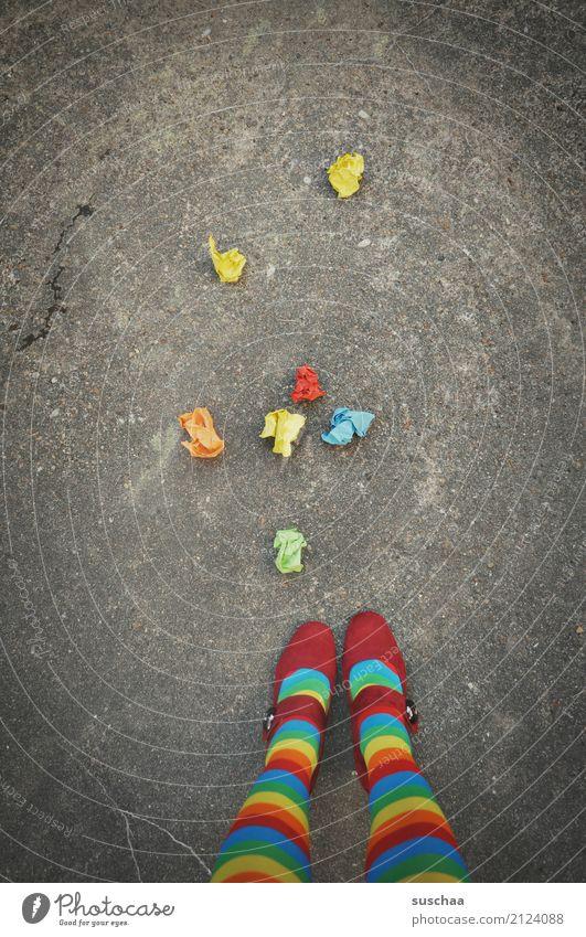 zu bunt getrieben ... füße Schuhe rote schuhe Strümpfe mehrfarbig stehen wegwerfen runtergefallen Papier zerknülltes papier Entwurf Müll Altpapier Wertstoff