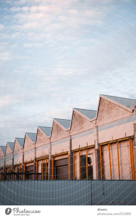 \/\/\/\/\/\/\/\ Himmel Wolken Sommer Mannheim Hafenstadt Menschenleer Haus Bauwerk Gebäude Architektur Lager Lagerhalle Lagerhaus Mauer Wand Dach Zaun