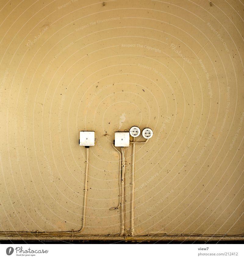 Anschluss alt Wand Stein Mauer Linie braun Raum dreckig Beton Fassade Ordnung Elektrizität Netzwerk trist Kabel authentisch