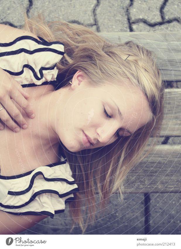 Traumland. Mensch Jugendliche schön Erwachsene Erholung feminin Zufriedenheit blond liegen schlafen Pause Bank 18-30 Jahre Lächeln genießen Junge Frau