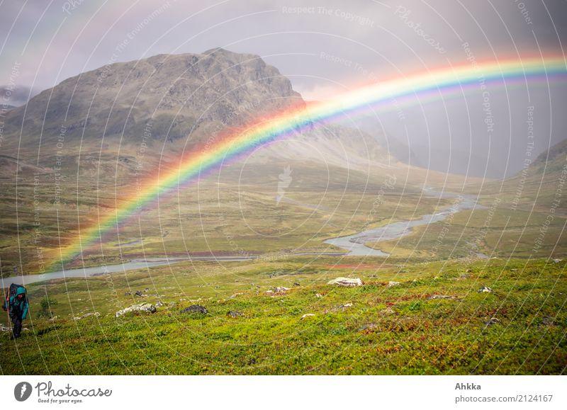 Mensch am Anfang des Regenbogens, Tal, Panorama, Regen Natur Landschaft Berge u. Gebirge Religion & Glaube Umwelt natürlich Glück außergewöhnlich wild Horizont