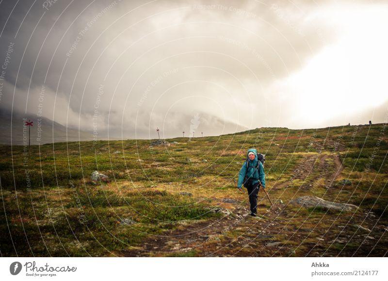Regentage Ferien & Urlaub & Reisen Abenteuer Berge u. Gebirge wandern Junge Frau Jugendliche Natur Landschaft Urelemente Herbst schlechtes Wetter Unwetter Wind