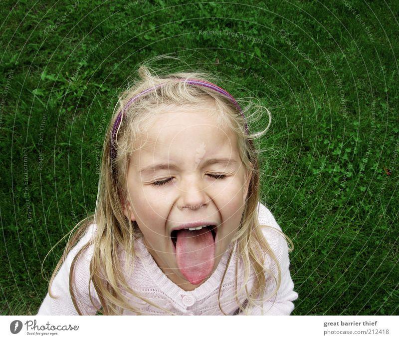 Mädchen Kind Zunge Wiese Mensch grün Kopf Haare & Frisuren Traurigkeit Kindheit Wind blond schreien frech langhaarig weinen