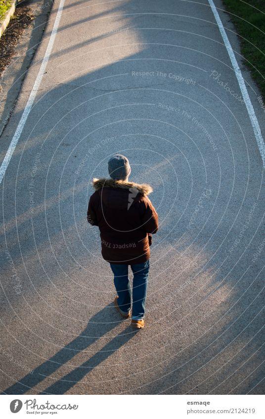 Mann, der auf Straße geht Lifestyle Freude maskulin Junger Mann Jugendliche Erwachsene Hut beobachten Beratung außergewöhnlich chico hombre Hexensabbat invierno