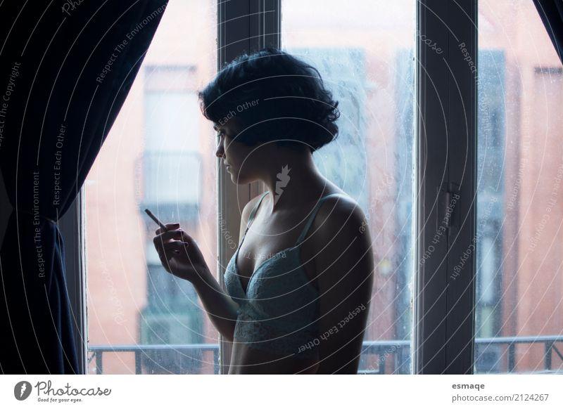 Mädchen rauchen Lifestyle elegant Stil Fenster feminin Junge Frau Jugendliche beobachten Denken Rauchen Traurigkeit Erotik natürlich Neugier rebellisch blau