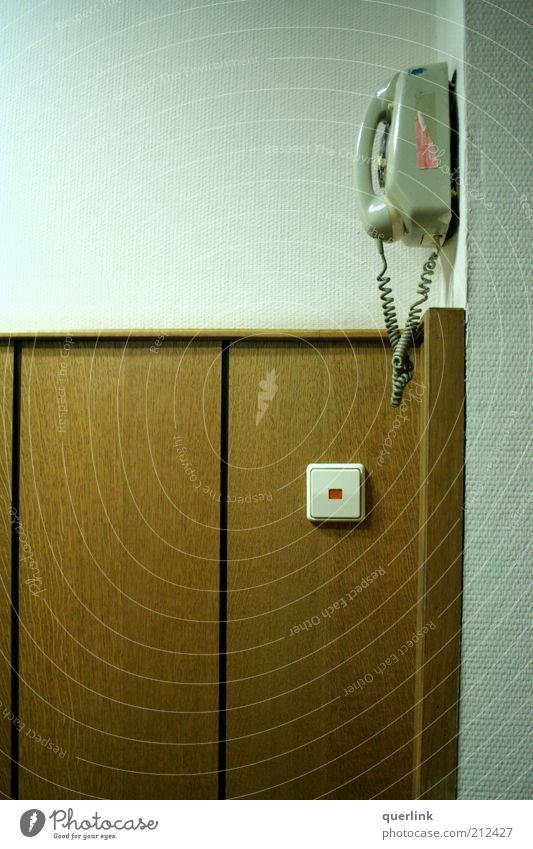 Tempelhof Telefon Telekommunikation Gebäude Holz ästhetisch einfach retro braun ruhig Farbfoto Innenaufnahme Menschenleer Textfreiraum links Kunstlicht Wand
