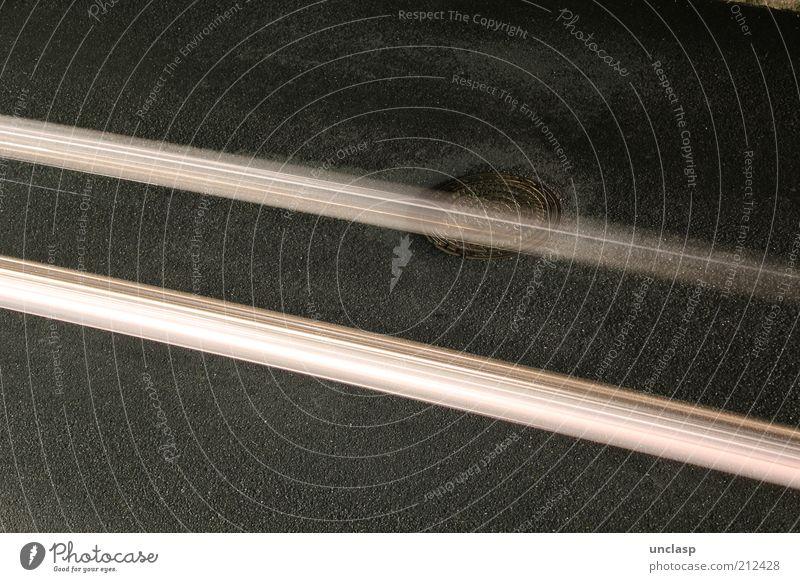 Lichtkanal schwarz gelb Straße grau Metall Kunst Beton Asphalt entdecken Mobilität Risiko Straßenverkehr Gully Abwasserkanal Langzeitbelichtung Textfreiraum links