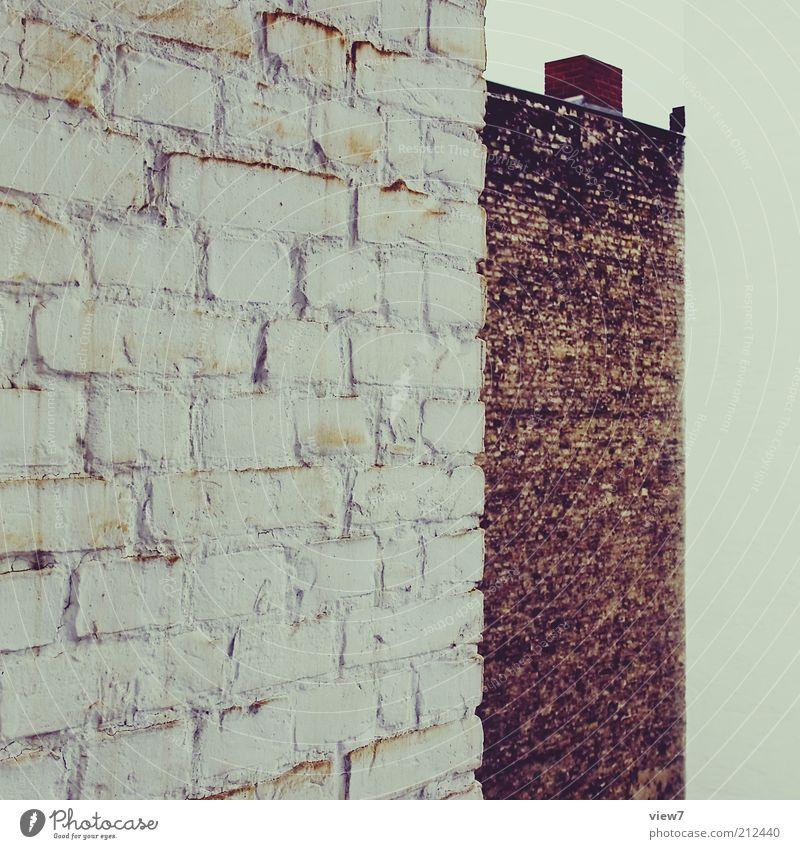 Wände. Haus Mauer Wand Fassade Dach Schornstein Stein Beton alt ästhetisch authentisch dunkel eckig einfach Endzeitstimmung Nostalgie Ordnung rein Verfall