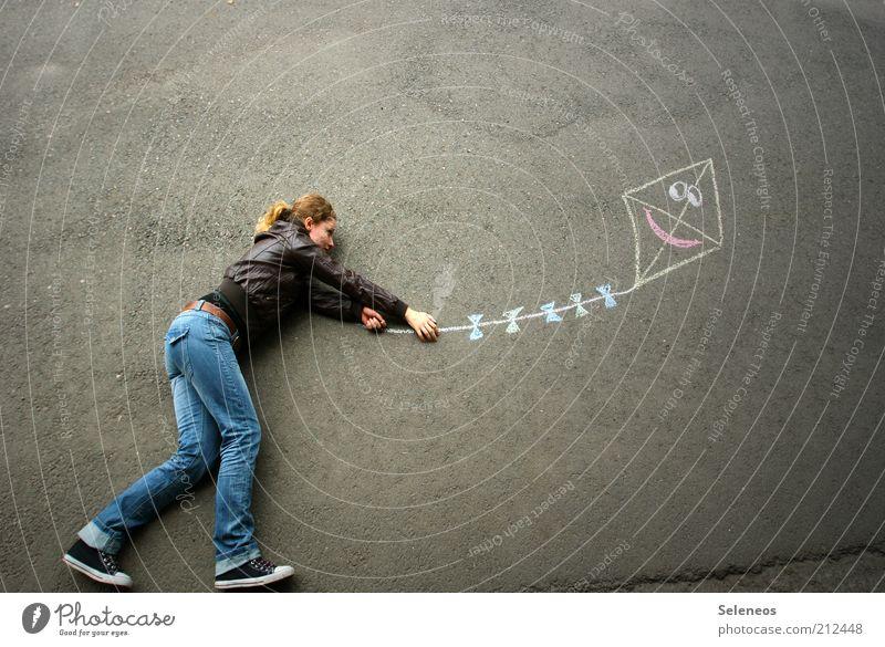 Juhu- der Herbst ist da! Mensch Freude Ferien & Urlaub & Reisen Ferne Straße Herbst Spielen Bewegung träumen fliegen Beton frei Geschwindigkeit Ausflug Jeanshose