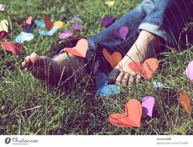 Lieb Fuß. Frau Jugendliche schön Liebe Wiese Gefühle Gras Glück Fuß Kunst Herz elegant außergewöhnlich ästhetisch Fröhlichkeit niedlich