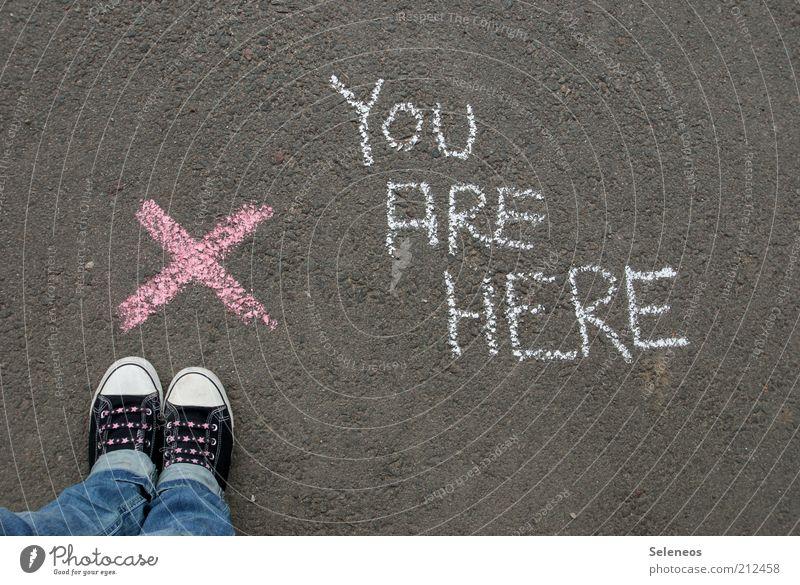 You are here! Freizeit & Hobby Spielen Mensch Fuß Strassenmalerei Straße Schuhe Turnschuh Zeichen Schriftzeichen Hinweisschild Warnschild stehen Farbfoto