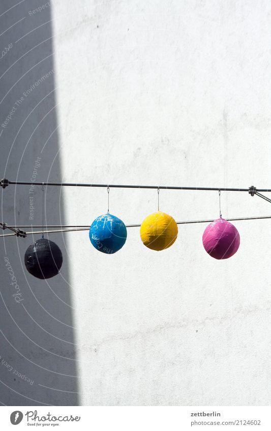 KCYM Farbe Haus Fenster Wand Farbstoff Spielen Party Fassade Textfreiraum Dekoration & Verzierung Luftballon Stadtzentrum Wohnhaus Ball Terrasse Hinterhof