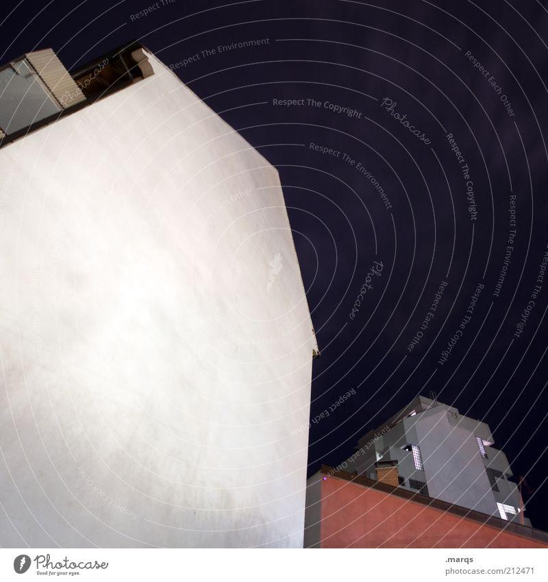 Trend Stadt Haus dunkel Wand Mauer Gebäude Fassade trist Nachthimmel Pfeil Bauwerk aufwärts anonym vertikal eckig Stadthaus