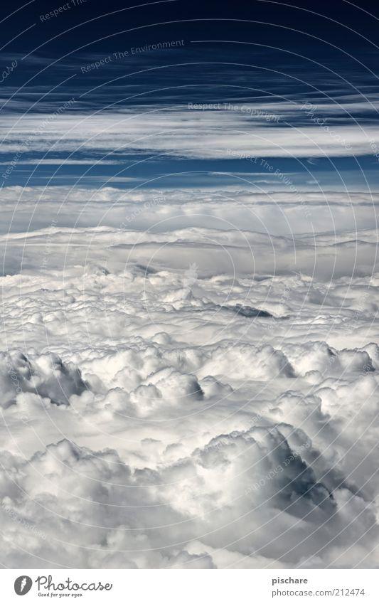 Schneefrei schön Himmel weiß blau Wolken Einsamkeit Ferne Wetter hoch Luftverkehr weich Klima einzigartig Schönes Wetter Luftaufnahme über den Wolken