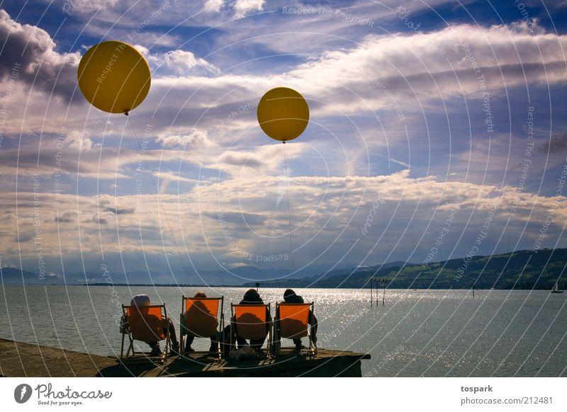 Nachmittag am See Mensch Himmel Wasser Sommer Wolken ruhig Erholung gelb Spielen Freundschaft Zufriedenheit Zusammensein sitzen frei frisch
