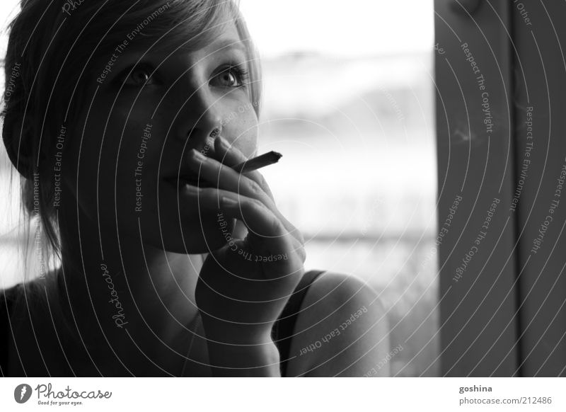 Gedankenmomente feminin Junge Frau Jugendliche Gesicht 1 Mensch 18-30 Jahre Erwachsene Zigarette Zigarettenrauch Rauch Denken genießen Rauchen Blick träumen